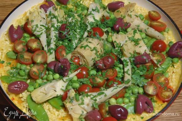В готовую паэлью добавить оливки и посыпать измельченной петрушкой.