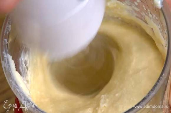 Сахар и 110 г предварительно размягченного сливочного масла взбить блендером с насадкой-венчиком в пышную, воздушную массу, затем, продолжая взбивать, по одному ввести яйца.