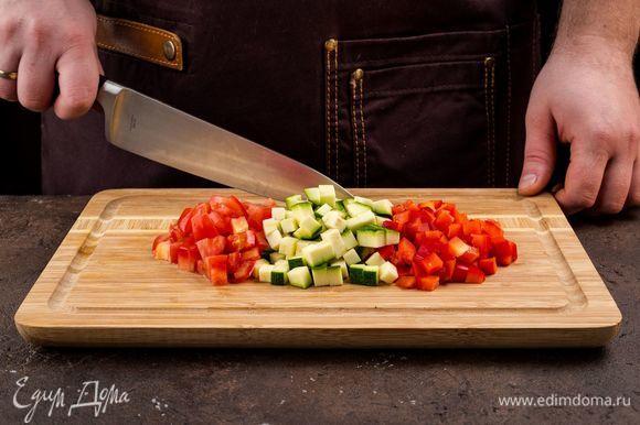 Цукини, болгарский перец, помидоры также нарежьте. Добавьте в сотейник вместе с сельдереем и тушите на медленном огне еще 15 минут.