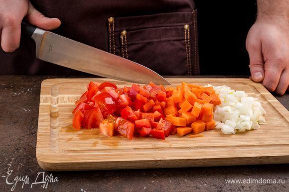 Нарежьте лук, морковь, перец, помидор.