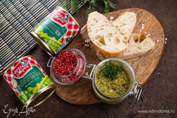 Выложите соус в пиалу и сбрызните оливковым маслом. Подавайте соус на тостах. Приятного аппетита!