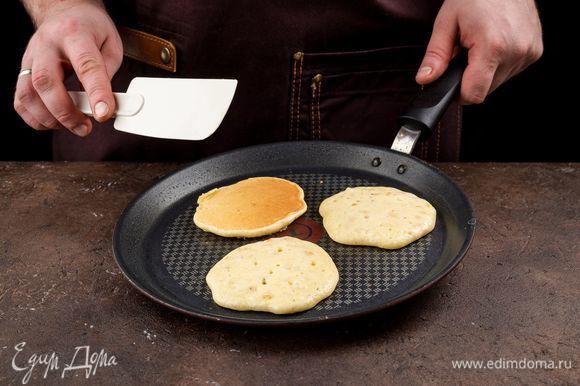 Хорошо перемешайте тесто и дайте ему немного постоять. Разогрейте в сковороде оливковое масло и пожарьте оладьи.