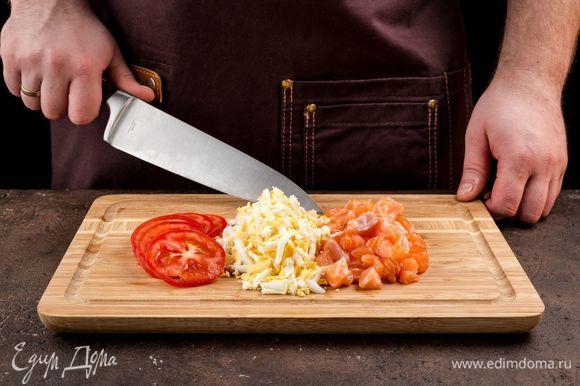Нарежьте все ингредиенты, сыр натрите на терке.