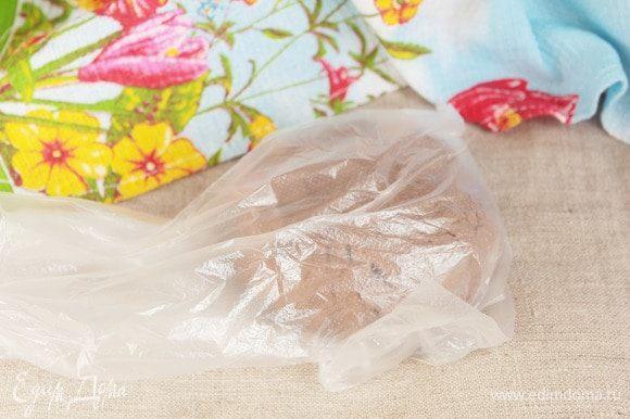 Готовое тесто положить в мешочек или завернуть в пищевую пленку и оставить без внимания минут на 25–30.