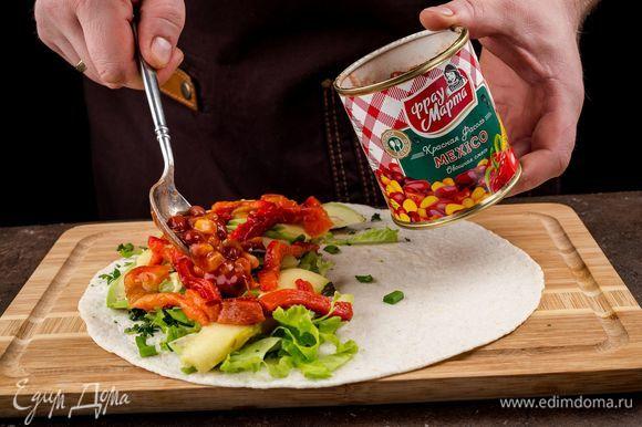 Сверху положите красную фасоль овощная смесь в томатном соусе MEXICO ТМ «Фрау Марта».