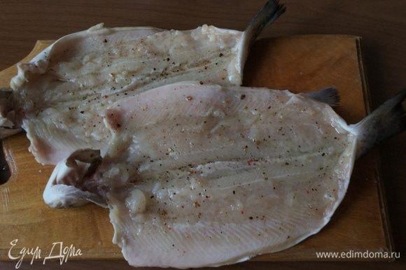 Обмазываем рыбу пряным маслом.
