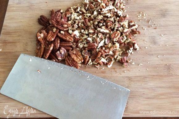 Добавьте к этой смеси ваши любимые орехи. Можете предварительно обжарить их, чтобы аромат и вкус стали более насыщенными. Я порубила орехи пекан ножом, чтобы сохранить большие кусочки, но вы можете взбить их в блендере вместе с сахаром и маслом.