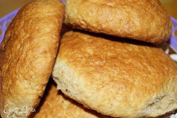 Тесто раскатываю в колбаску и нарезаю на небольшие кусочки (50–70 граммов), кусочки скатываю в шарики и формую руками лепешки. Выкладываю на противень, застеленный пекарской бумагой, на небольшом расстоянии друг от друга.