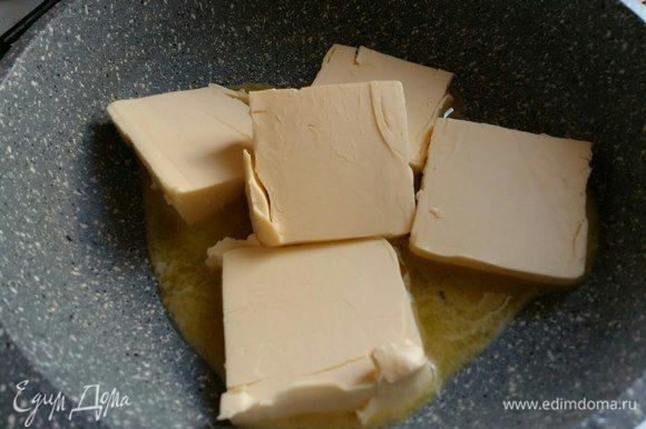 Взять хорошее сливочное масло (82,5% жирности), растопить его на сковороде.