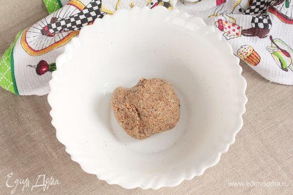 В фарш добавить просеянную пшеничную муку (4 ст. л.). Вымесить фарш, как тесто, и оставить еще на 15 минут.