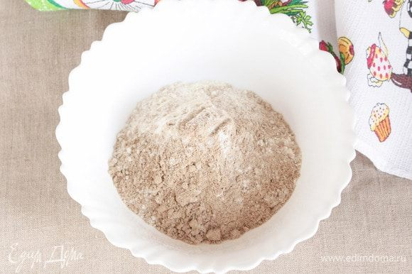 Конвертиков получается на выходе больше, чем начинки. Но мне кажется, из меньшего количества муки будет неудобно месить тесто. Да и конвертики настолько универсальны, что их можно съесть, как армянский лаваш, с абсолютно любой начинкой. Муку (льняную и пшеничную) берем в равных пропорциях. Предварительно оба вида муки просеять и смешать.
