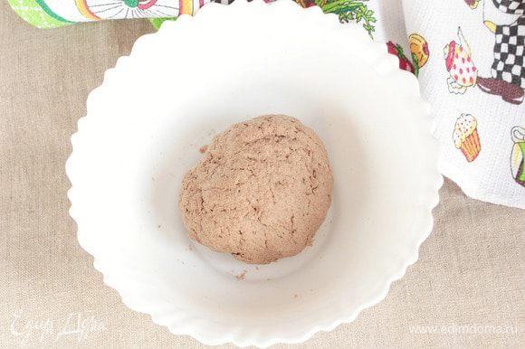 Влить необходимое количество воды, чтобы вымесить нетугое, эластичное тесто, не липнущее к рукам или липнущее совсем чуть-чуть. Готовое тесто завернуть в пищевую пленку или мешочек и дать «отдохнуть» 20–30 минут.