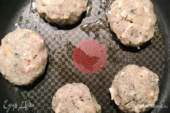 Теперь мокрыми руками формуем котлетки. Размер зависит от вашего вкуса. На сковороде разогреваем растительное масло и жарим котлетки с двух сторон. Котлеты готовятся очень быстро.