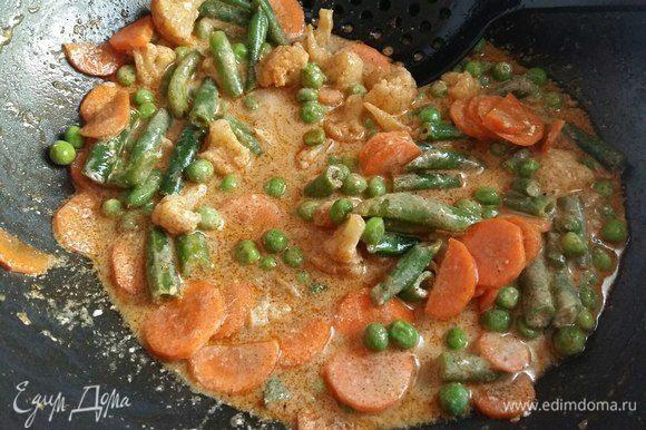 Все перемешать и на тихом огне при небольшом побулькивании готовить овощи под крышкой в течение 10 минут.