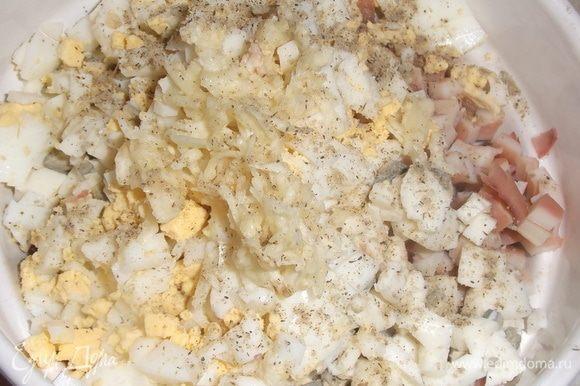 Добавить нарезанное яйцо, натертый на терке или пропущенный через пресс чеснок. Посолить, поперчить. Добавить 1–2 ст. ложки процеженного отвара от кальмаров. Заправить майонезом. Посыпать петрушкой.