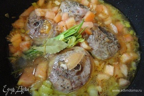 Доводим до кипения, добавляем ложку хорошего, можно острого, томатного соуса, мясо, букетик пряностей и сверху помидоры. Накрыть крышкой и тушить на медленном огне (или в духовке при температуре 160°С 3 часа) примерно 2 часа. Это телятину. Индейку я тушила 1,5 часа. Посыпать жаркое гремолатой (часть оставить для подачи) и дать настояться 10 минут.