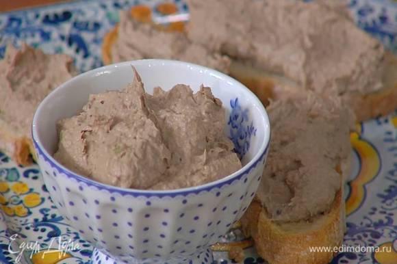 Чиабатту нарезать ломтиками и подсушить в тостере, затем смазать паштетом и украсить листьями петрушки.