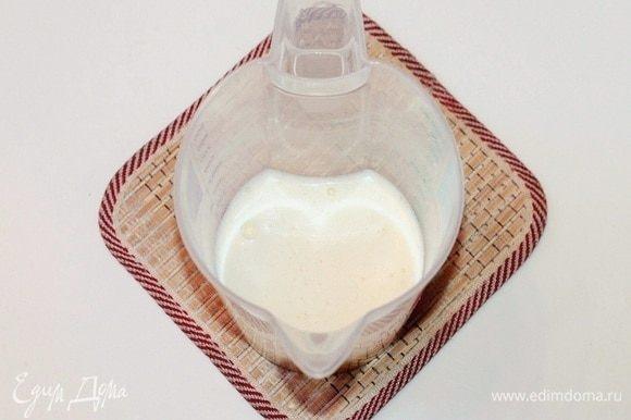 В другой чаше соединить яйца (95 г — это приблизительно 2 мелких яйца) и желтки (45 г). Добавить сахар (80 г) и взбить смесь до бела и увеличения в объеме.