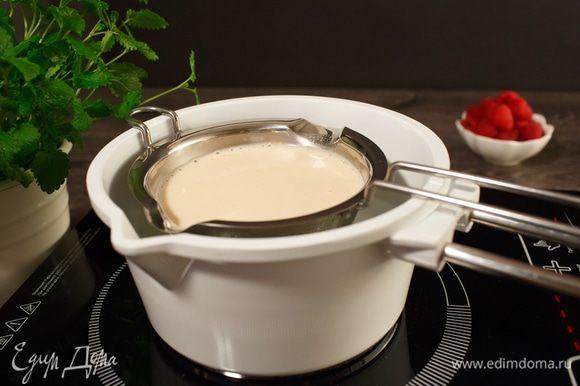 Ряженку подогреем чуть-чуть, чтобы она стала теплой. По рецепту 220 мл — это ровно полпачки.