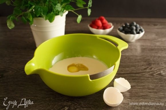 Добавим яйцо. Для того, чтобы разбить яйцо, я воспользовалась специальным режущим краем на миске, яйцо разбивается ровно до желтка, и, если нужно отделить желток, можно не бояться его повредить.