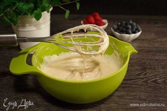 Добавим муку к жидким ингредиентам, перемешаем. Получится тесто как на оладьи. Хочу добавить, что дно мисок изготовлено из силикона, они не скользят и очень устойчивы при перемешивании.