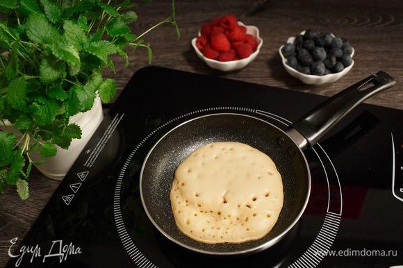 Печем на сковороде с антипригарным покрытием, не смазывая маслом, до появления пузырьков. Главное — не перегреть сковороду, лучше печь на средней, ближе к слабой, мощности.