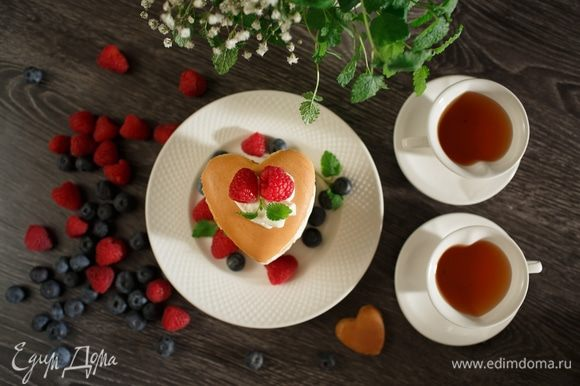 Наливаем свежий чай с мятой и наслаждаемся нежным вкусом панкейков. Приятного аппетита!