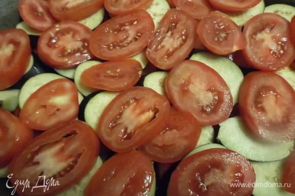 Последним слоем кладем нарезанные помидоры. Солим. Доливаем воду. Накрываем крышкой, ставим тушить на медленном огне в течении 2 часов.