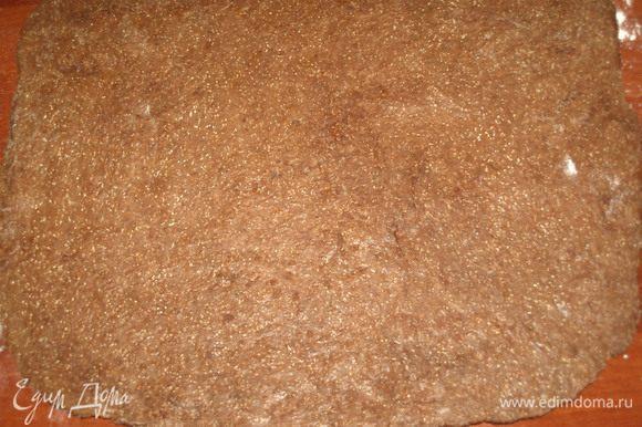 Тесто раскатать на присыпанной мукой поверхности в прямоугольник. Примерно 1 см толщиной.
