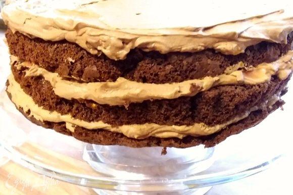 Третий корж смазать кремом и отправить торт и остаток крема в холодильник на 1 час. Крема получается много, не жалейте.