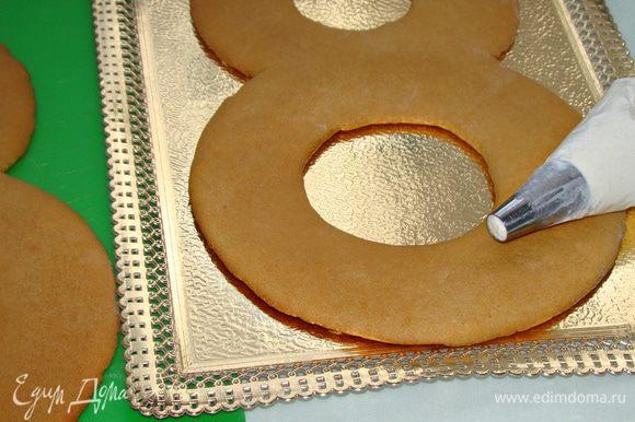 Пока коржи остывают, приготовим крем. Для этого взбить миксером до крепких пиков сливочный сыр, сахарную пудру и сливки. Готовый крем поместить в кондитерский мешок с насадкой (насадку можно взять как с большим круглым отверстием, так и в виде закрытой или открытой звезды).