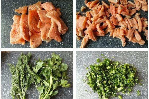 Для начинки нам понадобится готовое филе красной рыбы. У меня форель своей засолки. Рыбку порезать кусочками. Зелень (укроп и петрушку) промыть, обсушить бумажными полотенцами и нарезать.