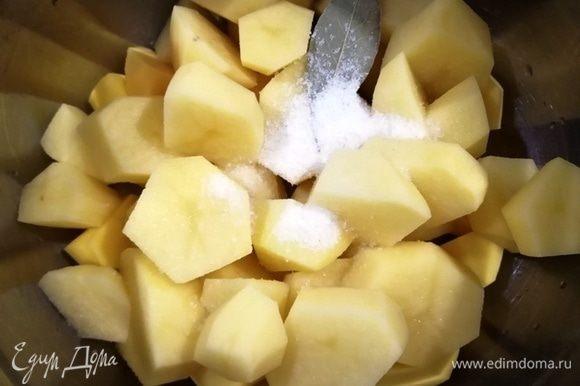 Картофель нарежем. Посолим, добавим лавровый лист и зальем горячей водой. Поставим вариться на 30 минут.