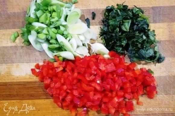 В это время нарезаем базилик, зеленый лук и болгарский перец.