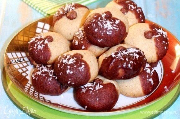 Украсьте шоколадную часть печенья кокосовой стружкой.