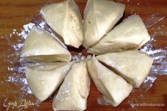 Подошедшее тесто делим на 8 частей.