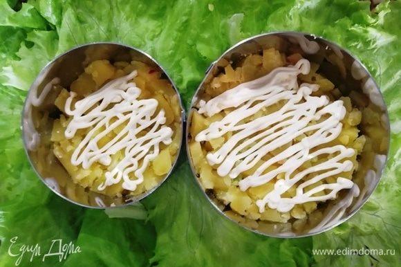 Выкладываем салат слоями. Картофель и немного майонеза.