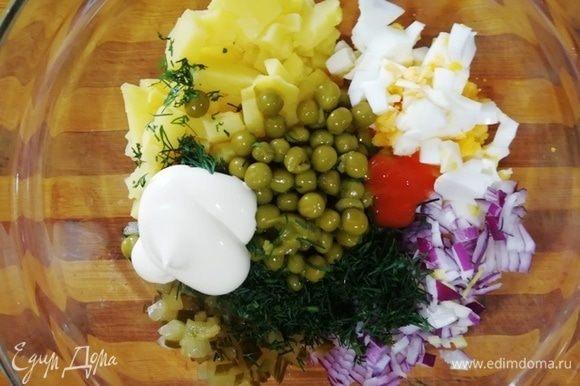 Из горошка ТМ «Фрау Марта»сливаем лишнюю жидкость. Остальные ингредиенты нарезаем, кроме карбонада. Добавляем по вкусу майонез и острый соус.