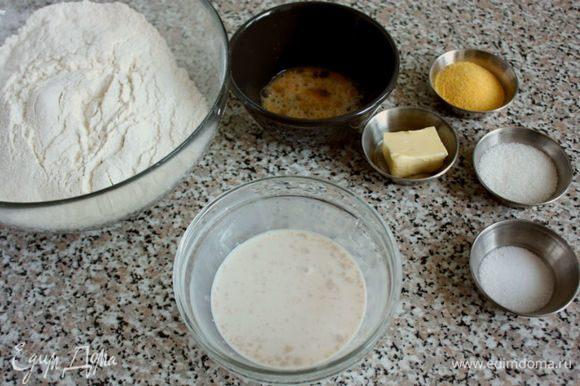 Молоко нагреть в кастрюльке до закипания, снять с огня. Вмешать в него сахар и остудить до теплого. 1/3 молока отлить в маленькую миску, добавить дрожжи, перемешать, накрыть и поставить в теплое место на 10-15 минут. В большую миску просеять муку.