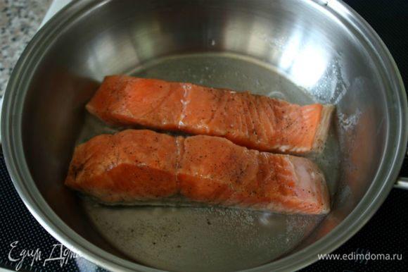 В сковороде нагреть 3-4 ст. л. воды и положить рыбу кожей вниз. Убавить огонь до минимума, накрыть сковороду крышкой и готовить рыбу в течении 7-10 минут. Лосось должен готовиться на пару, а не поджариваться. Хорошо, если внутри кусочка цвет рыбы останется розовым. Готовую рыбу остудить, хранить в плотно закрытом контейнере в холодильнике до 3-х дней.