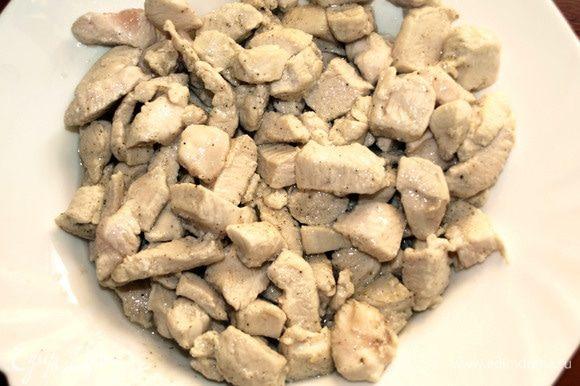 Куриное филе промыть, обсушить и нарезать на небольшие кусочки. Обжарить на растительном масле. Солим и перчим по вкусу. Перекладываем в тарелку и отставляем.