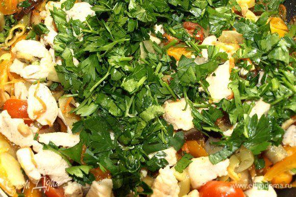 Листья петрушки мелко порубить. Соединяем остывшие овощи с куриным филе и петрушкой. При необходимости добавить соль и перец.