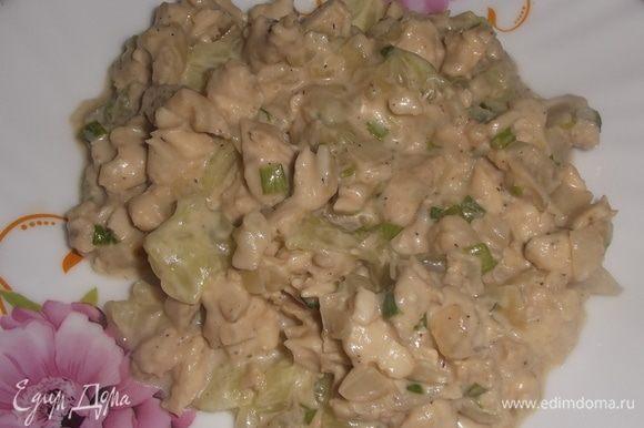 В оставшийся салат добавить мякоть огурцов. Перемешать. Подать в салатнике или порционно.