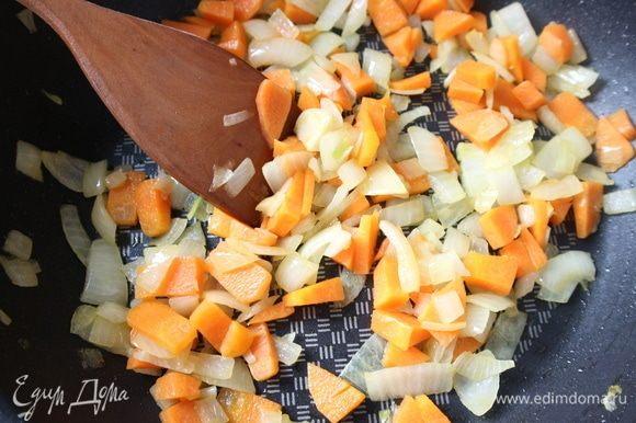Обжарить овощи для соуса с добавлением оливкового масла. Из овощей в этот соус можно добавить так же стебель сельдерея.