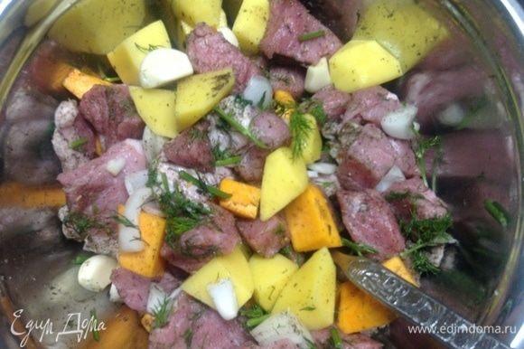 Все помыли. Нарезали на не мелкие кусочки мясо, лук, тыкву, картошку. Сложили все в миску, туда же нашинкованный укроп, специи и соль, зубчики чеснока целыми. Перемешали.