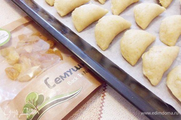 Выложить пирожки на застеленный бумагой для выпечки противень.