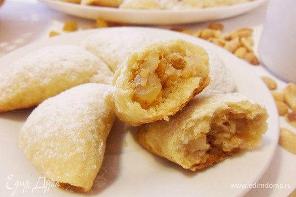 Маленькие яблочные пирожки в разломе. Тесто одновременно и хрустящее, и нежное, начинка мягкая, ароматная, просто тает во рту.