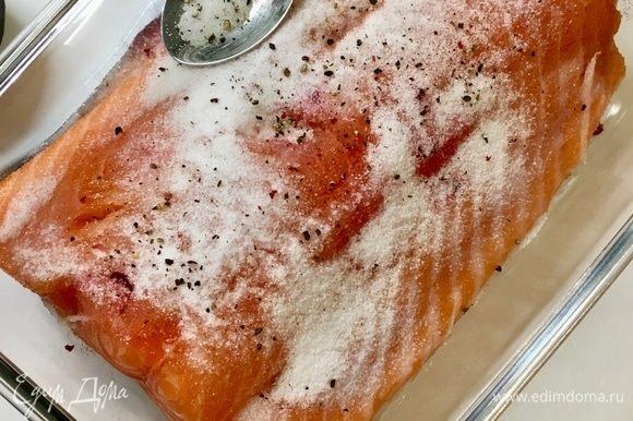 Теперь лосось кожей вниз. Посыпаем щедро морской солью — 2 или 3 чайные ложки на данное количества рыбы. Я положила три, но думаю, что в следующий раз можно уменьшить и до двух. Немного свежемолотого черного перца. И втираем соль с перцем в рыбу.