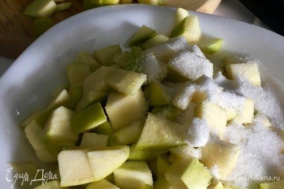 Яблоки нарезать небольшим кубиком, посыпать сахаром. Сладость можно регулировать на свой вкус.