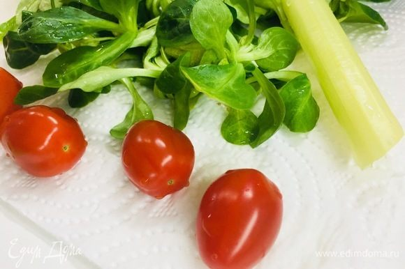 Вымыть овощи. Просушить салат.